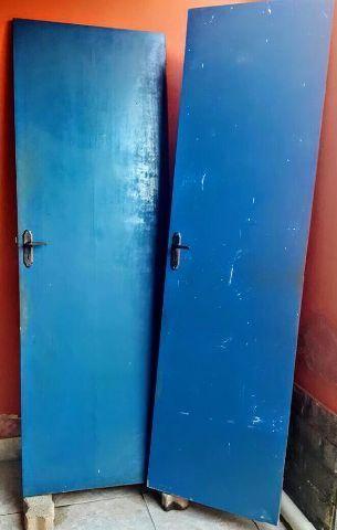 Duas portas em otimo estado de conservaçao azuis