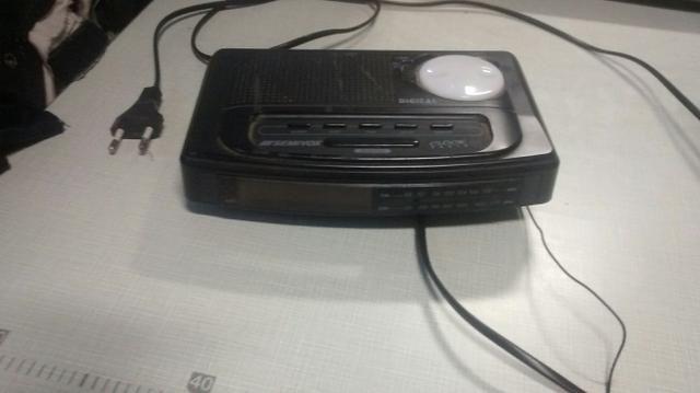 Vendo este rádio relógio por 15 reais