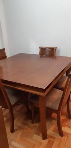 Mesa quadrada de madeira com 6 cadeiras