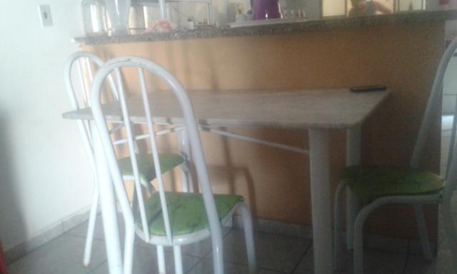 Mesa de pedra com 3 cadeira.com detalhes