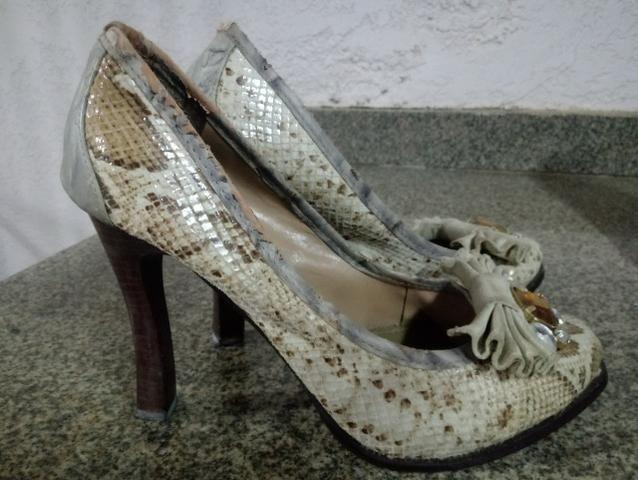 Sapatos saltos altos com pedra bordada, número 37 - Foto 3