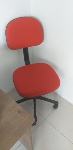 Vendo duas mesas pra loja ou escritório, duas cadeira giratória, uma impressora ,armario - Foto 3