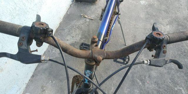 Vendo ou troco bicicleta aro 26 com marcha - Foto 4