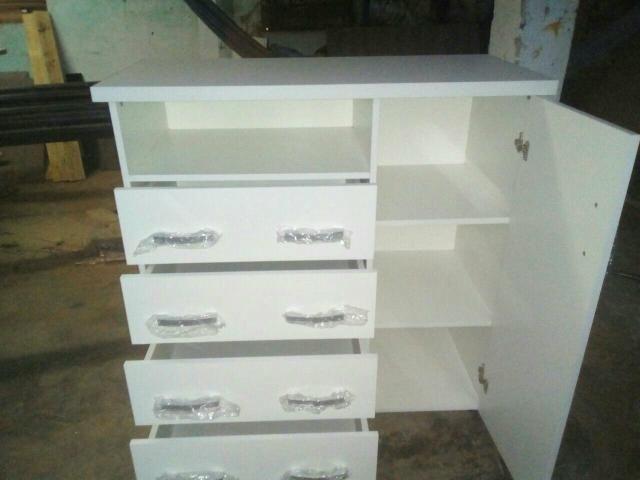 Vendo cômoda nova fabricação própria de cor branca 4 gavetas com sapateiro