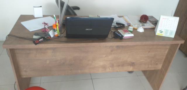 Vendo duas mesas pra loja ou escritório, duas cadeira giratória, uma impressora ,armario