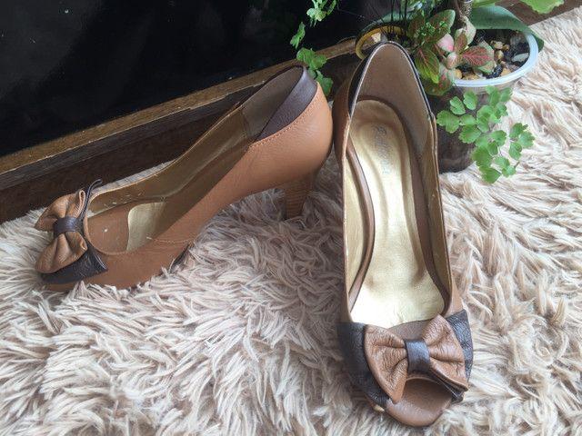 Peep toe bicolor bege e marrom Felícia tamanho 36 - Foto 5