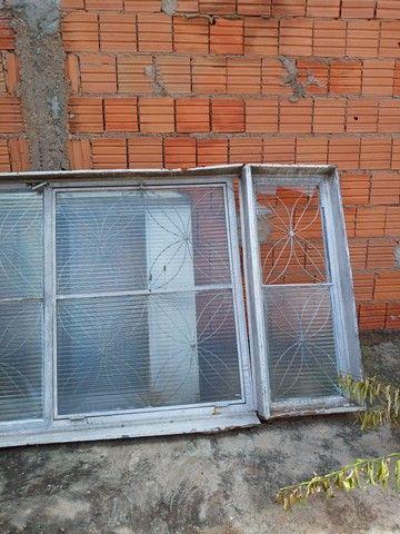 Parta de  madeira  maciça  e  tem  duas porta  de ferro com  vidros   - Foto 3