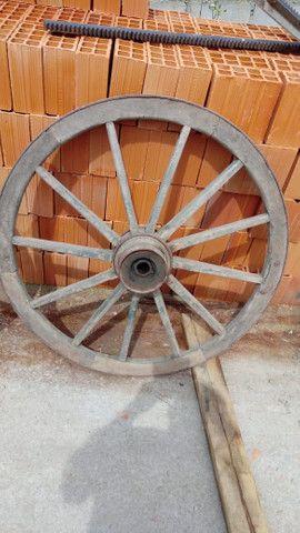 Rodas de carroça antigas com pintura original - Foto 4