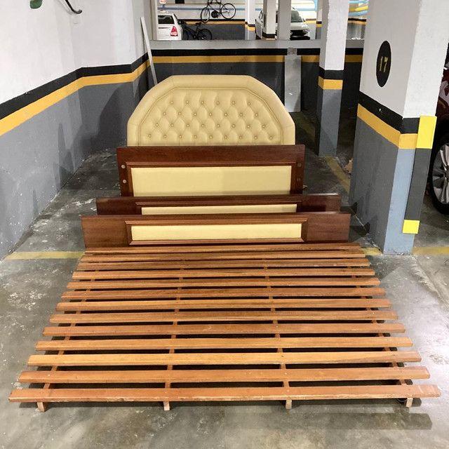Cama de casal madeira maciça e couro