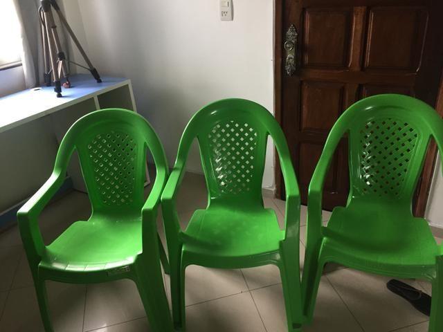 4 cadeiras plásticas de ótima qualidade