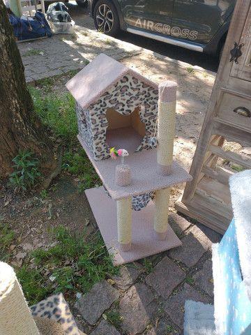 Arranhador casa com rede e brinquedos - Foto 4