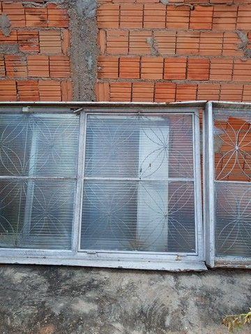 Parta de  madeira  maciça  e  tem  duas porta  de ferro com  vidros