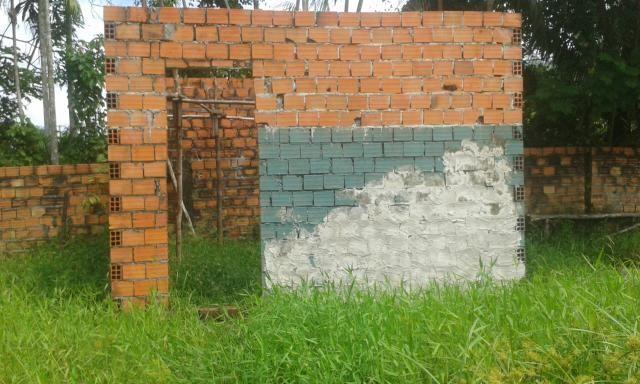 Vende-se terreno com construção em andamento
