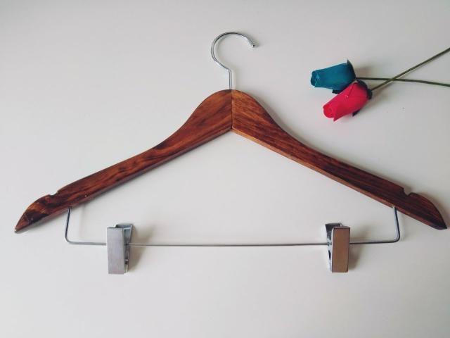 Kit com 6 cabides de madeira na cor tabaco com gancho