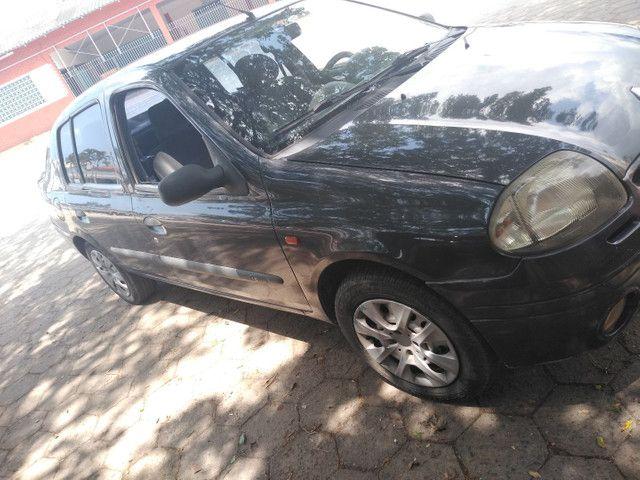 Carro Clio sedan