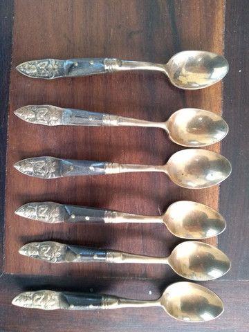 Lote com pratos antigos, talheres e objetos de decoração - Foto 4