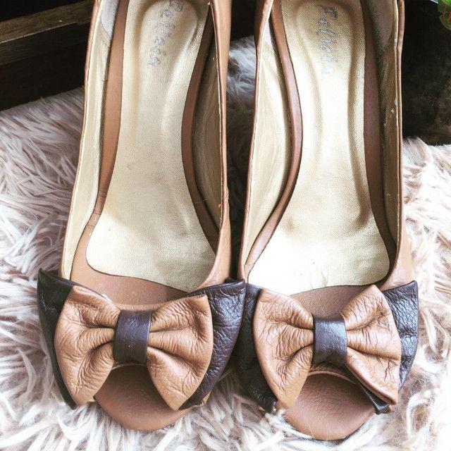 Peep toe bicolor bege e marrom Felícia tamanho 36 - Foto 3