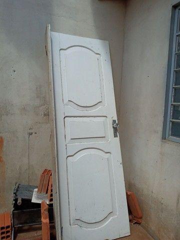 Parta de  madeira  maciça  e  tem  duas porta  de ferro com  vidros   - Foto 2