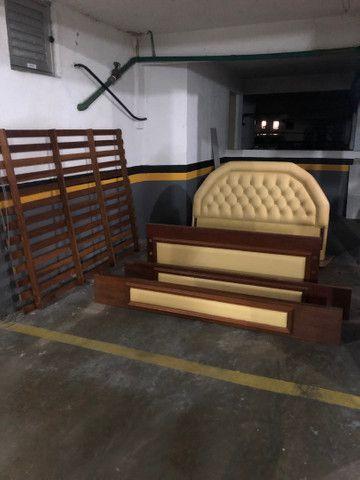 Cama de casal madeira maciça e couro - Foto 5