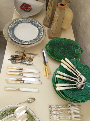 Lote com pratos antigos, talheres e objetos de decoração - Foto 2