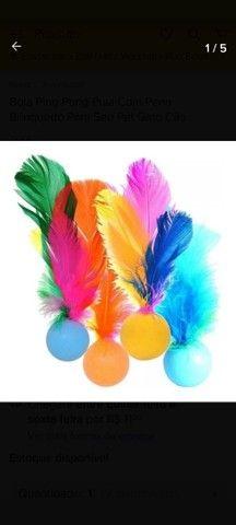 Bolinha com guizo (barulho de sininho) e pena colorida  - Foto 2