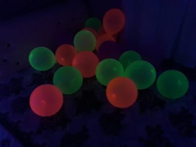 Balões Neon kit 25 unidades - brilha com luz negra( leia a descrição) - Foto 3