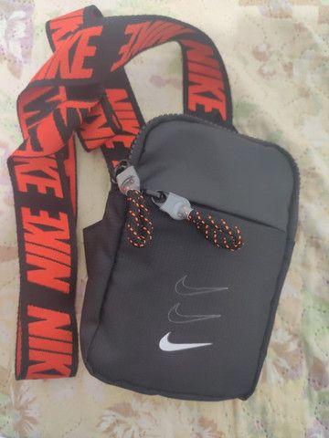 Bolsa Shoulder Bag Pochete Nike Essentials Preto E Laranja - Foto 2