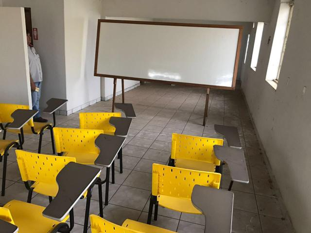 Sala de aula COMPLETA!!! (60 cadeiras e 2 quadros)
