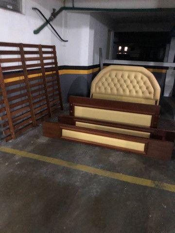 Cama de casal madeira maciça e couro - Foto 3
