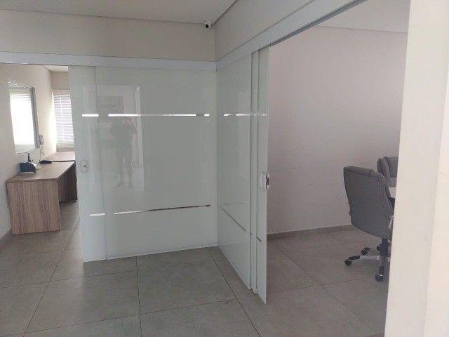 Alugo salas comerciais  com móveis e ar-condicionado. - Foto 2