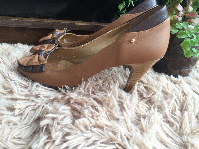 Peep toe bicolor bege e marrom Felícia tamanho 36 - Foto 4