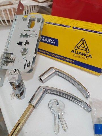 Fechadura Externa Aliança 2 Chaves e Trinco Reversível  - Foto 4