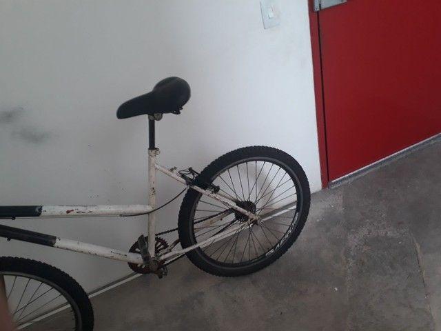 Vendo bicicleta aro 26 peneus novos assento novo  aro aero muito boa só pega e anda  - Foto 3