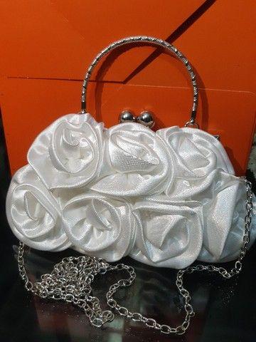 Bolsa branca de cetim com flores para noiva - Foto 2
