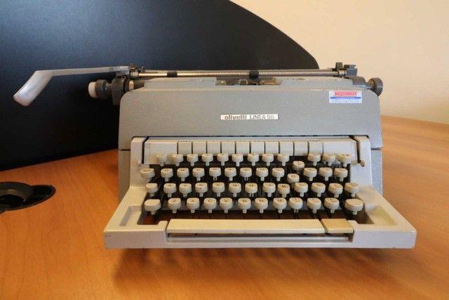 Máquina de Escrever / Olivetti / em Metal Cinza / Bege (Ler Observações)