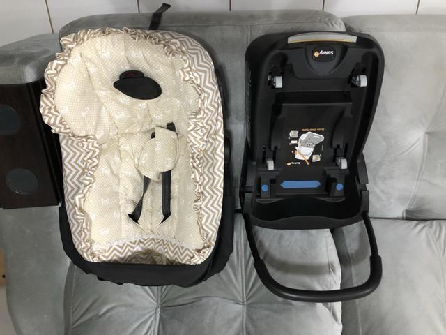 Carrinho de bebê e bebê conforto.