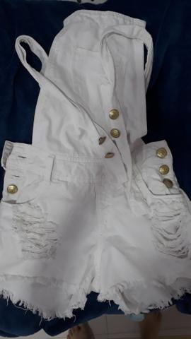 Jardineira branca jeans
