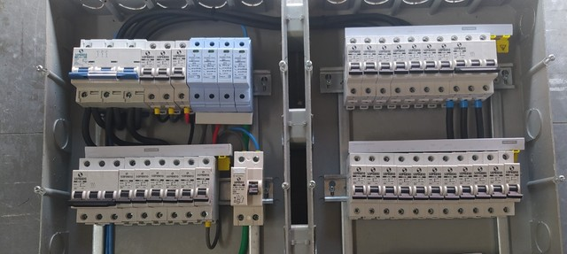 Montagem quadros de comando elétrico