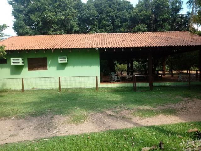 Chácara de porteira fechada no Rio Cuiabá com barco piscina gado e cavalo