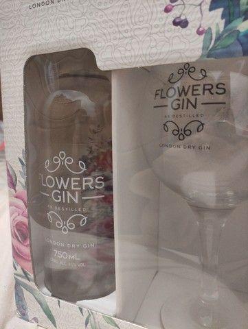 Kit Gin Flowers garrafa 750 ml+ 1 taça  - Foto 3