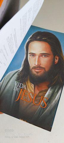 VENDO LIVRO (Vida de Jesus) Capa dura (novo!) Com um livro adicional de brinde - Foto 2