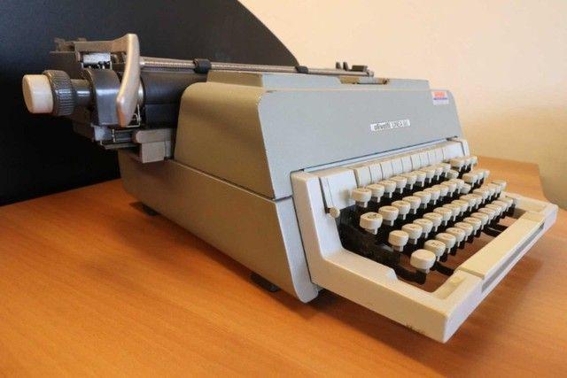 Máquina de Escrever / Olivetti / em Metal Cinza / Bege (Ler Observações) - Foto 2