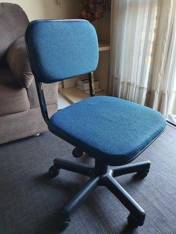 Cadeira giratória azul - Foto 2