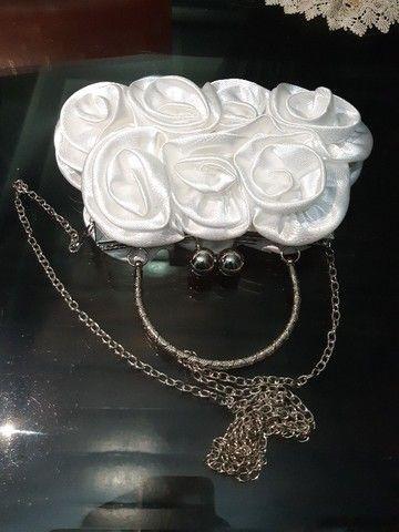 Bolsa branca de cetim com flores para noiva