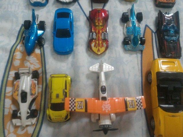 Kit de carrinhos hotwheels, com avião (não vendo separadamente) - Foto 2