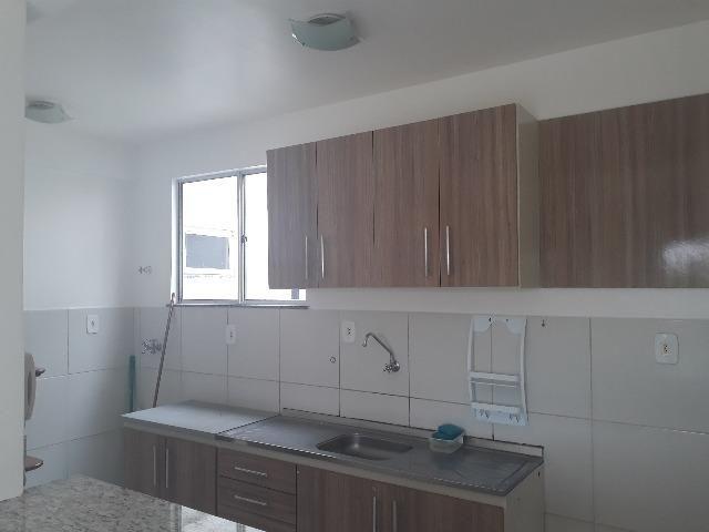 Apartamento no Parque Felicitá com armários na cozinha