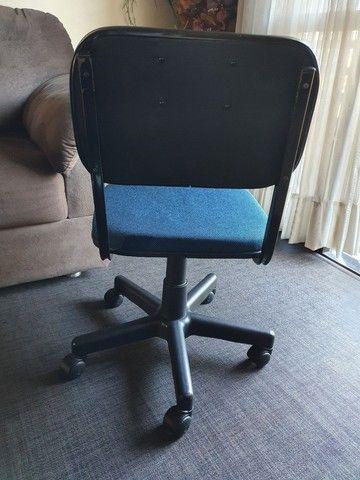 Cadeira giratória azul - Foto 4