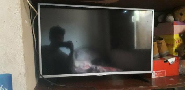Vendo TV Smart Samsung de 32 com listras na tela - Foto 2