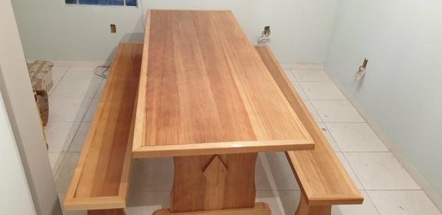 Mesa para churrasqueira com 2 bancos