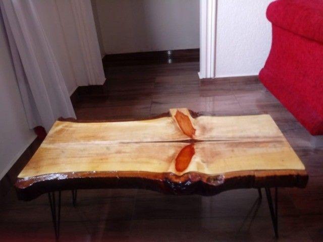 Mesa de centro rústica Nova de madeira maciça e pés de ferro. - Foto 4